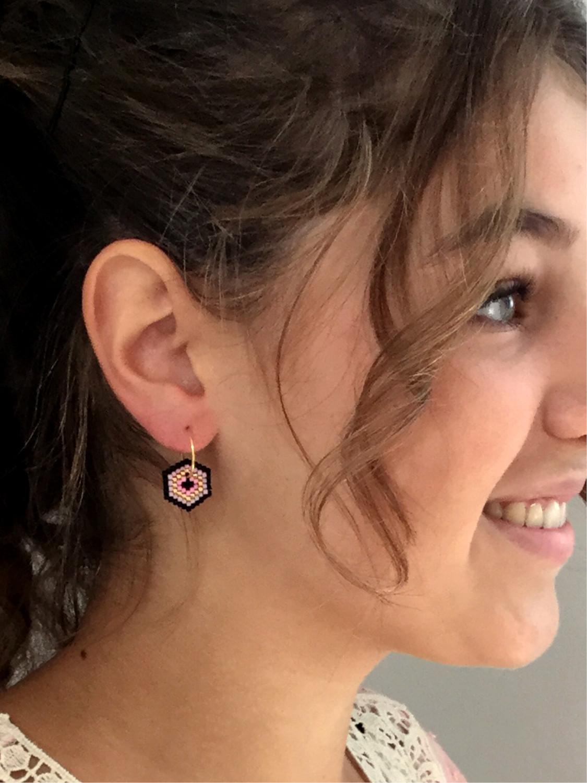 Model med kreoler øreringe med perlevedhæng