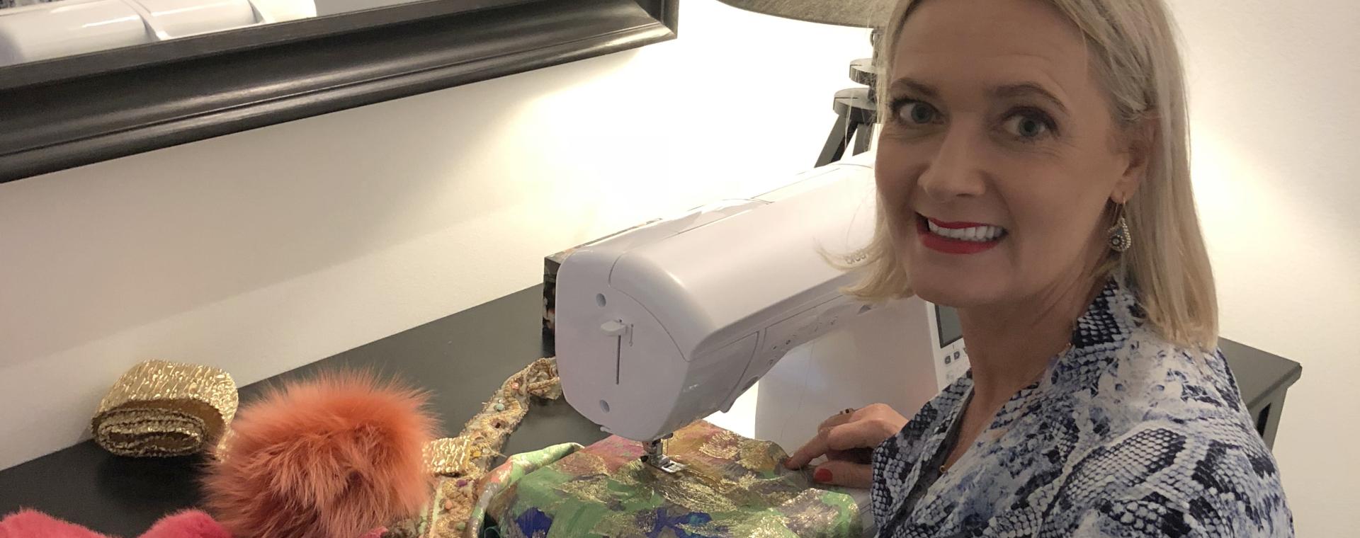 Jannie ved symaskine