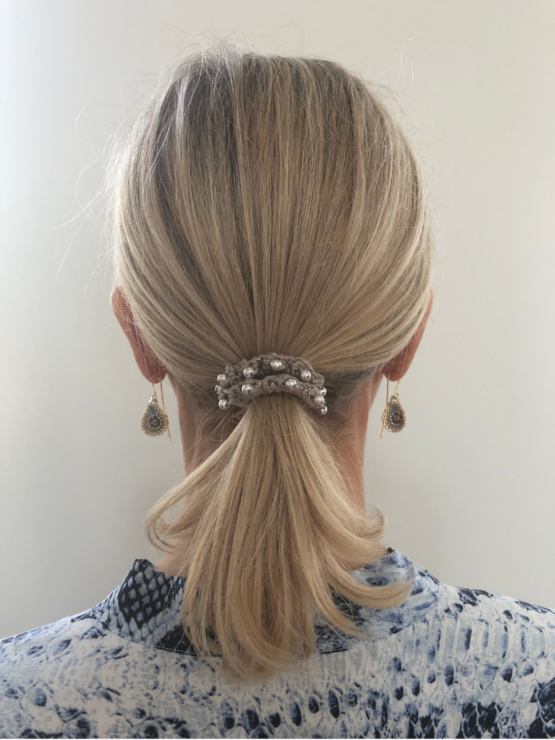 Beige scrunchie på model
