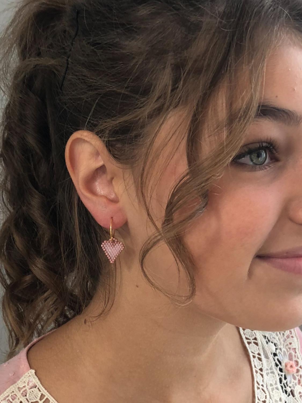 Kreol ørering med hjertevedhæng på model