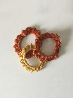 Hæklet scrunchies i rust og gul