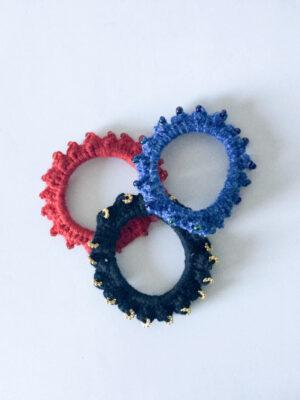 Hæklet scrunchie i sort, rød og blå