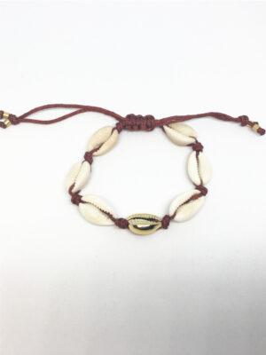 Macramé armbånd med guld cowrie shell og rustfarvede snore
