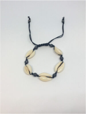 Macramé armbånd med cowrie shells og perler i sort