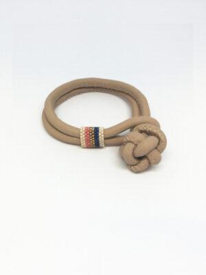 Læderarmbånd i beige med perlebåndring