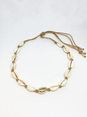 Macramé halskæde med natur og guld cowrie shells og sennepsfarvede snore