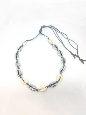 Macramé halskæde med metal/naturfarvede cowrieshells