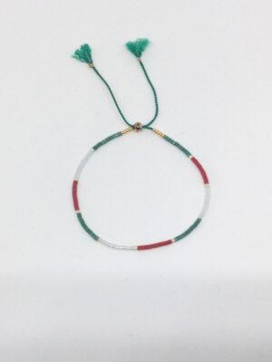 Armbånd med små perler på silkesnor i italienske farver