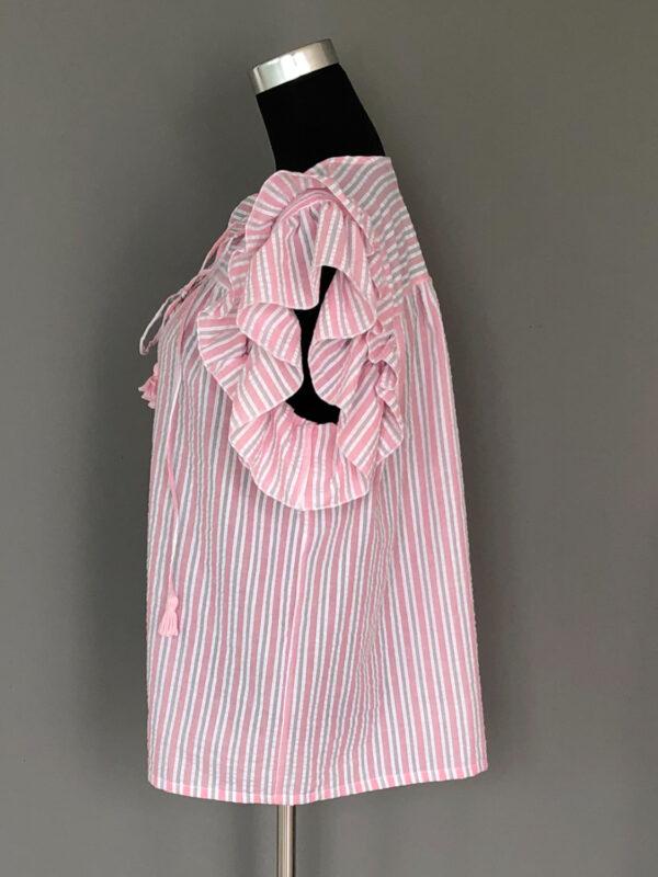 Stribet bluse med bærestykke og dobbelt ærmeflæser i rosa - side
