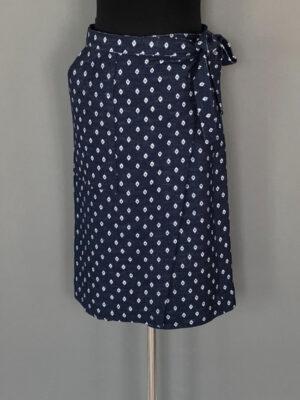Slå-om-nederdel i marine med hvidt mønster - for