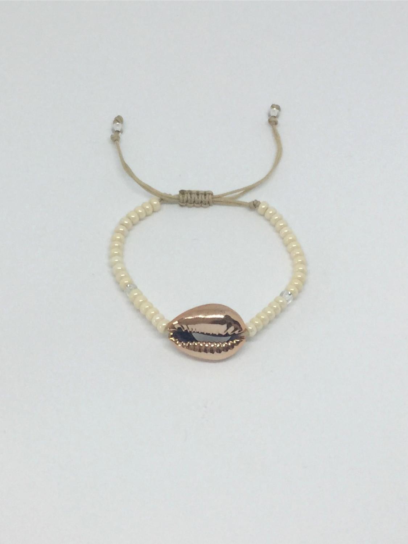 Armbånd af små glasperler med en cowrie shell i midten