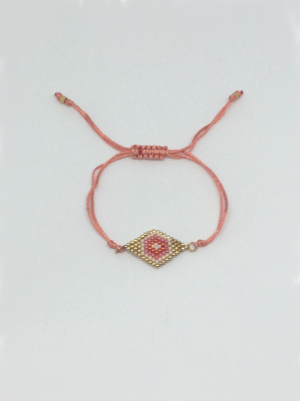 Armbånd med perlerude syet af små glasperle i laks/rødtoner- laksefarvet snor