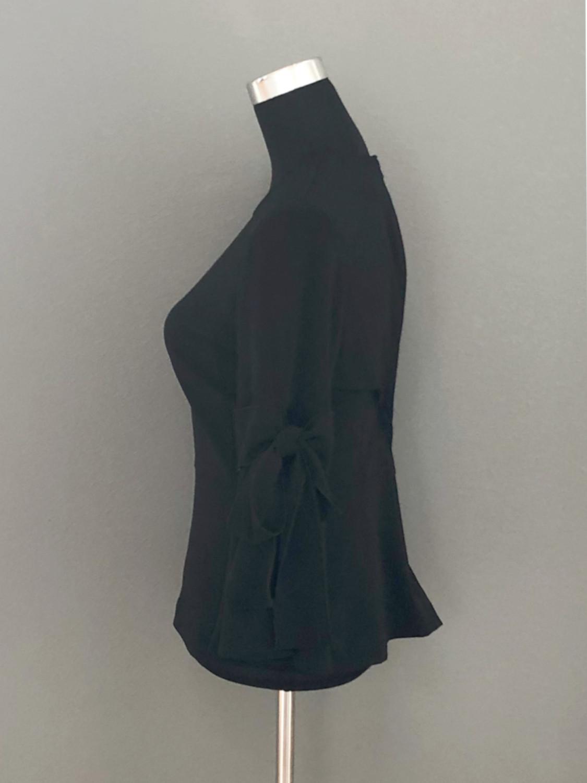 Sort bluse med skød i crepestof