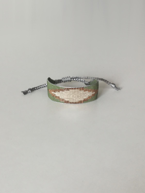 Vævet perlearmbånd bredt med rude i grøn og changerende creme