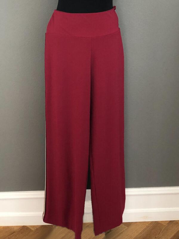 Bukser i vinrød med stribet bånd