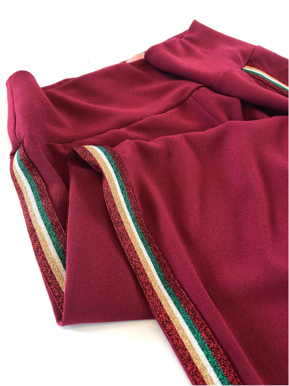 Bukser i vinrød med stribet bånd - detalje
