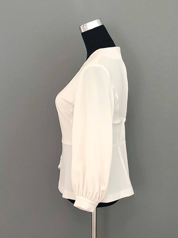 Cremefarvet bluse med skød og pailletmotiv - side