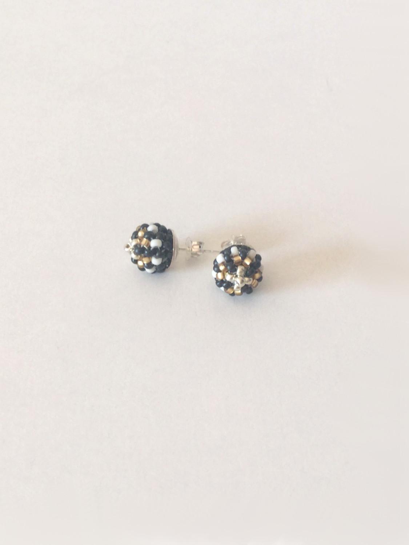 Ørestik med perle i sort/hvid