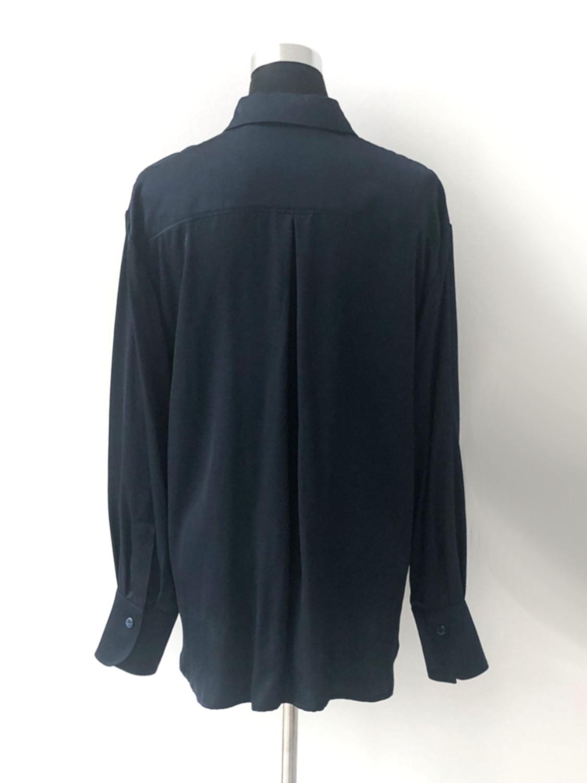 Satinskjorte i marineblå - bag