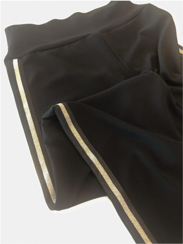 Bukser i sort med stribet sølv bånd - detalje