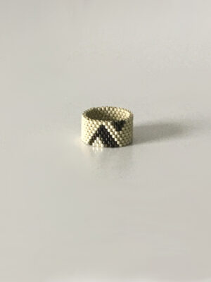 Beige ring med trekanter