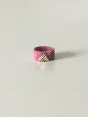 Gammel rosa ring med trekanter
