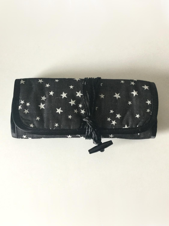 Smykkerulle i sort med stjerner - udvendig