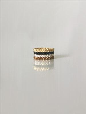 Stribet ring i farverne guld, sølv, bronz og sort
