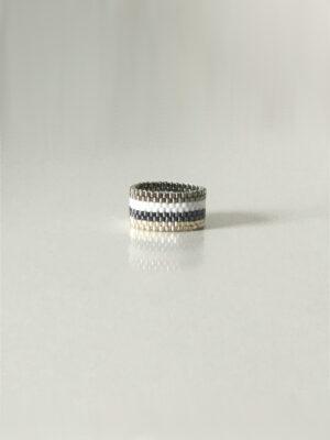 Stribet ring i metal, sølv, grå og hvid