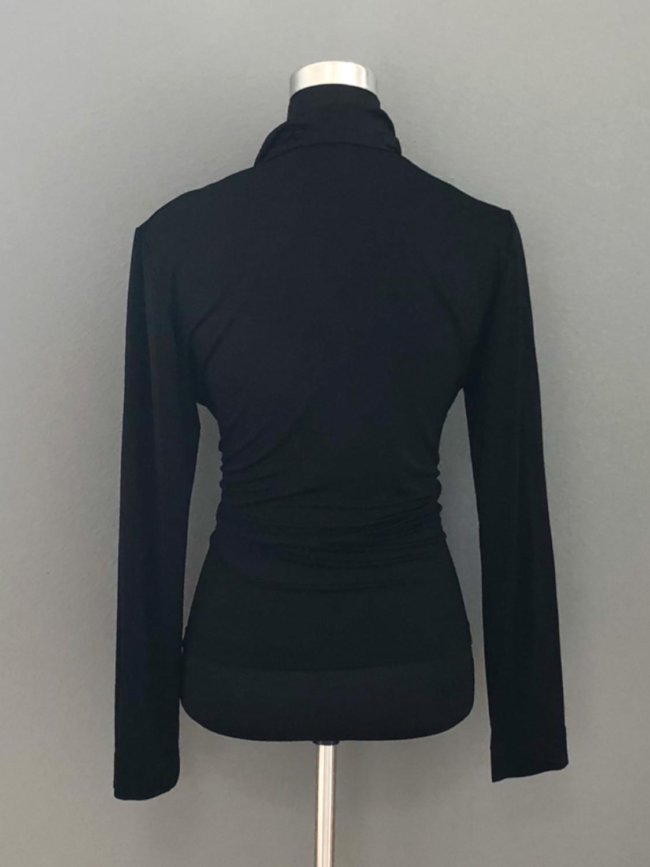 Bluse med vandfald i sort - bag