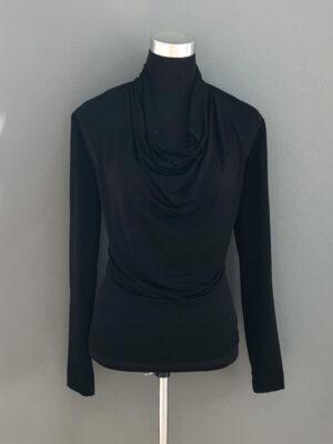 Bluse med vandfald i sort - for