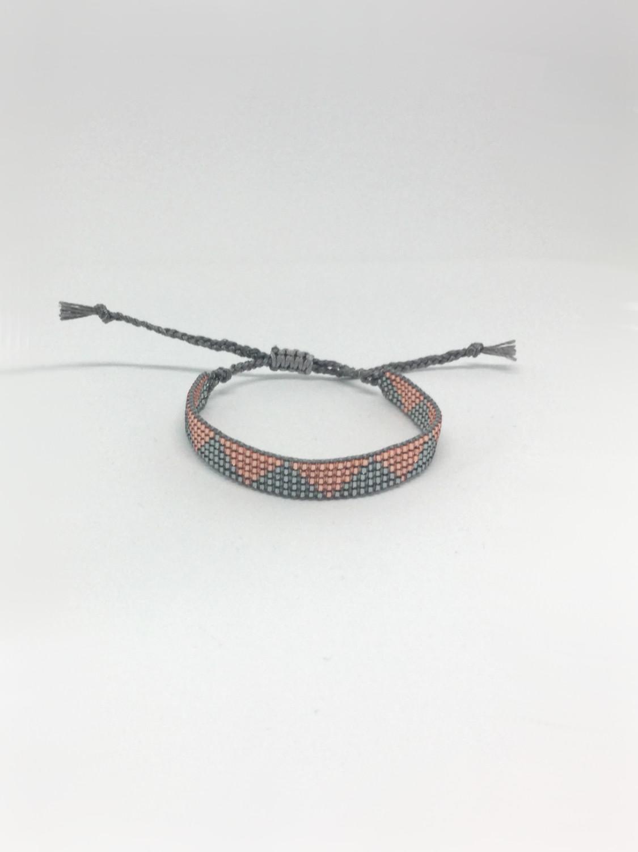 Vævet armbånd med trekanter i kobber og mørk sølv