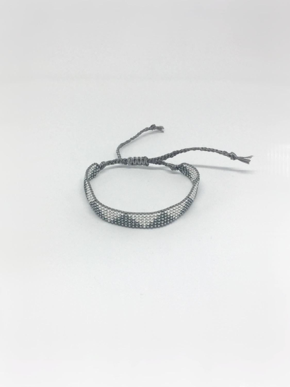 Vævet armbånd med trekanter i mørk og lys sølv