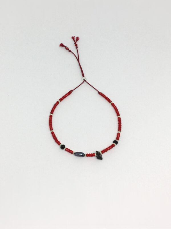 Farvet seedbead armbånd på silkesnor i rødt