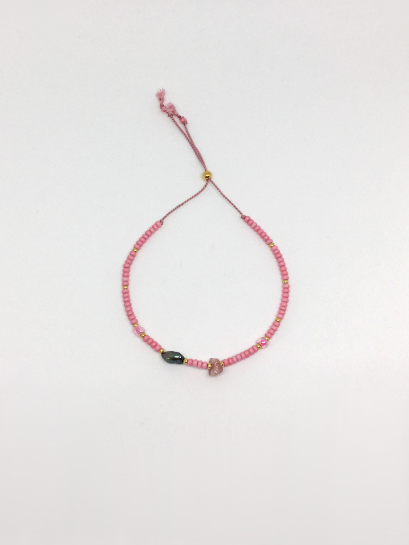 Farvet seedbead armbånd på silkesnor i rosa