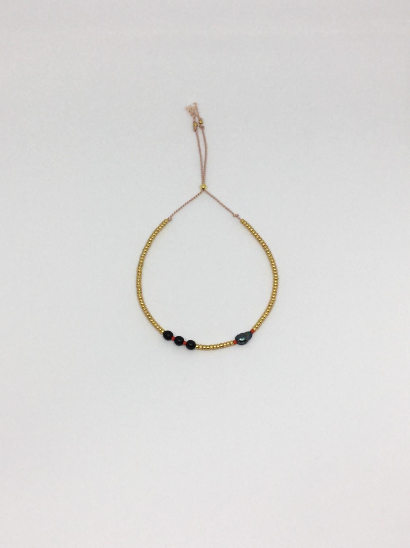 Guldfarvet seedbead armbånd på silkesnor - mørkt