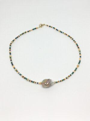 Halskæde i farvemiks af grønne perler med en barok perle foran