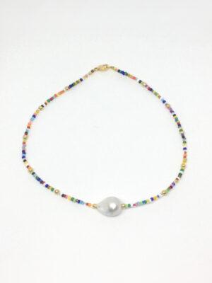 Halskæde i miks af farver med perle foran