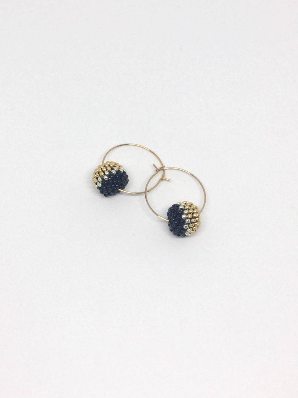 Kreolerøreringe med perlekugle i sort