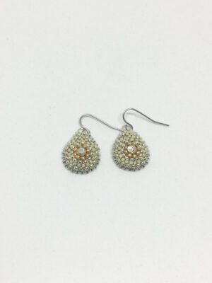 Dråbeformet øreringe med sølv ørekrog og beige perler