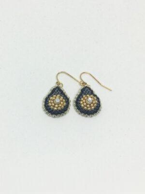 Dråbeformet øreringe med guld ørekrog og sorte perler