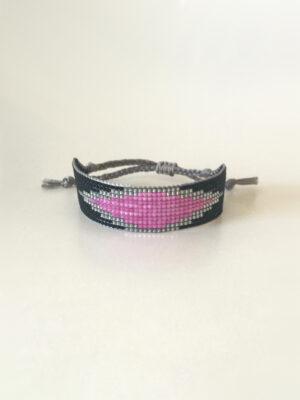 Sort vævet perlearmbånd med pink rude