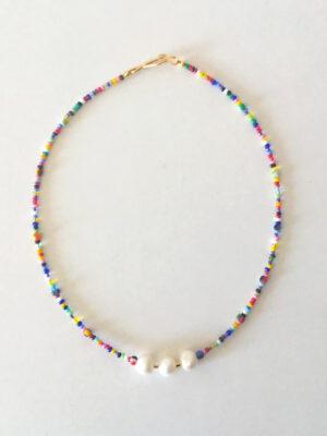 Halskæde i farvemiks med 3 perler
