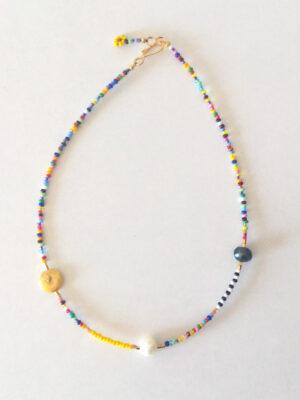 Halskæde i farver med ferskvandsperler - gul