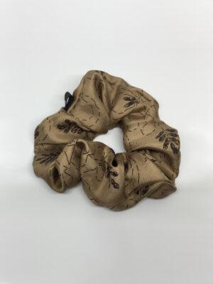 Silke scrunchie i nougat med mønster
