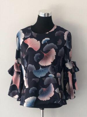 Mønstret blå bluse med skød - for