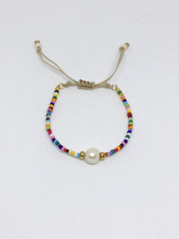 Armbånd i miks af farver med perle i midten