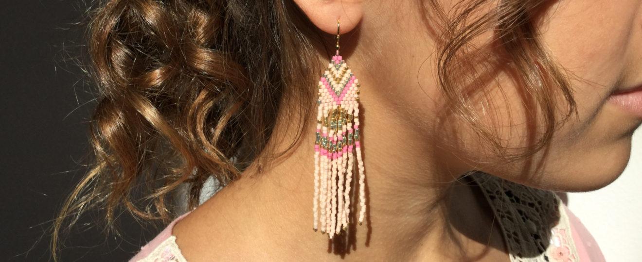 Model med boho ørering baby rosa