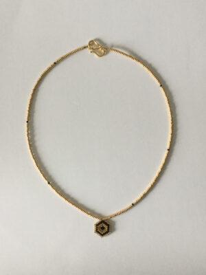 Halskæde med sekskantet vedhæng i guld og sort